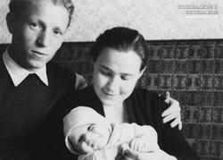 Отец мать и Евгений в 3 месяцев