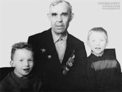 А. Саламатин  с внуками Евгением и Андреем Багаевыми 67 год